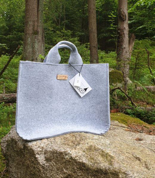 Filztasche auf Stein