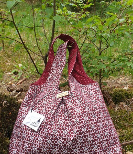 rote Tasche am Waldboden