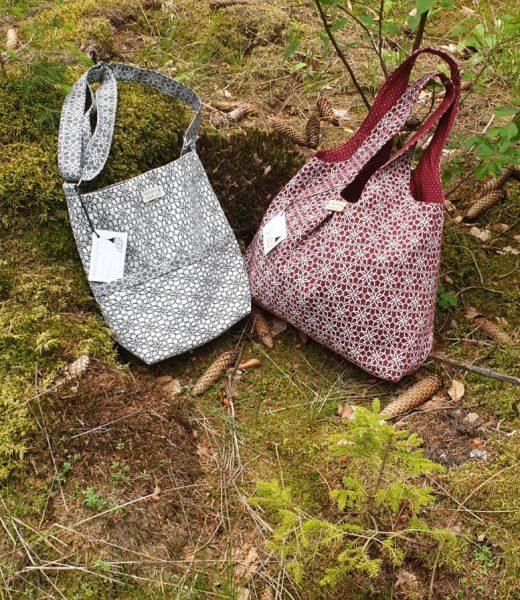 zwei Taschen am Waldboden